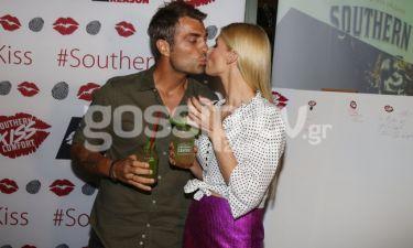 Οι celebrities φιλήθηκαν για καλό σκοπό