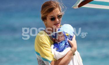 Ana Beatriz Barros: Πέρυσι έγκυος στην Μύκονο, φέτος με το μωρό στην αγκαλιά
