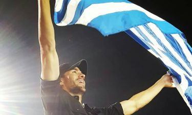 Enrique Iglesias: Με την ελληνική σημαία στα χέρια στη συναυλία του στο ΟΑΚΑ