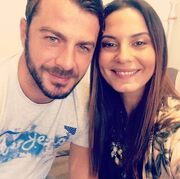 H Θάλεια Γιαννακοπούλου με τον Ντάνο στα παρασκήνια της εκπομπής Dot όπου εργάζεται εκείνη