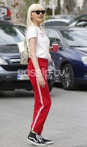 Σάσα Σταμάτη: Με casual look στη Γλυφάδα!