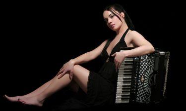 Ζωή Τηγανούρια: «Απεχθάνομαι τον όρο «έντεχνη» μουσική που έγινε μόδα τη δεκαετία του '90»