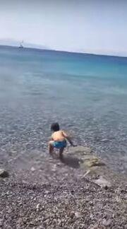 Κατερίνα Παπουτσάκη: Ξεκίνησε τα μπάνια με τον γιο της Μάξιμο (φωτό)