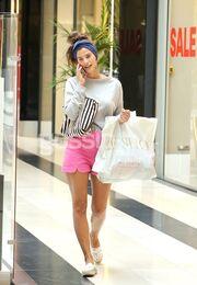 Την «τσακώσαμε» να κάνει τα ψώνια της