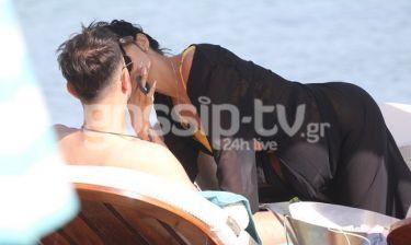 Ασυγκράτητο το ζευγάρι σε παραλία της Μυκόνου