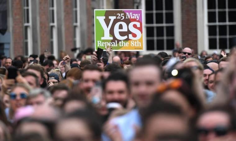«Ήσυχη επανάσταση» από τους Ιρλανδούς με ένα ηχηρό «ναι» στις αμβλώσεις