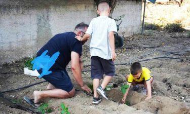 Ο Γκουντάρας φτιάχνει το μποστάνι με τους γιους του!