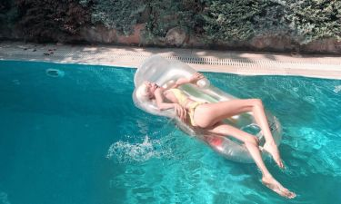 Τζούλια Αλεξανδράτου: Το κίτρινο μαγιό και οι καυτές πόζες στην πισίνα