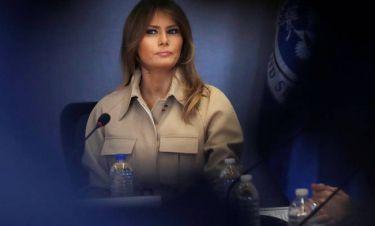 Μελάνια Τραμπ: με σιωπή και καμπαρντίνα στην πρώτη δημόσια εμφάνιση της