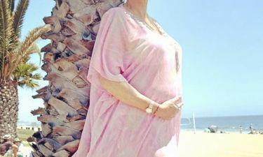 Η 54χρονη ηθοποιός ποζάρει με φουσκωμένη κοιλίτσα έχοντας στο πλευρό της το σύζυγό της (pics)