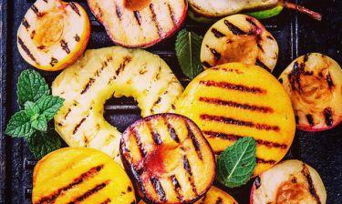 Ψητά φρούτα στο grill σε σουβλάκι ή σαλάτα: Η τέλεια καλοκαιρινή ιδέα για να γλυκαθείς