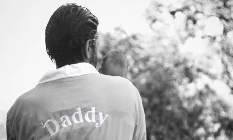 Ο ελληνικής καταγωγής ηθοποιός ποζάρει με τον 2 μηνών γιο του