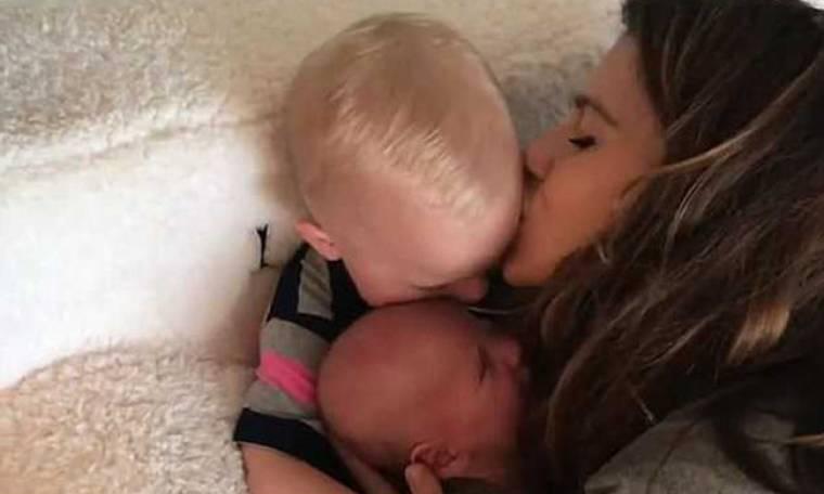 Διάσημος ηθοποιός δημοσιεύει βίντεο με τη γυναίκα του και τους γιους του αγκαλιά (vid)