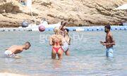 Διεθνείς Έλληνες ποδοσφαιριστές παίζουν... μπάλα στην παραλία αλλά πρωταγωνιστούν τα κορίτσια τους!
