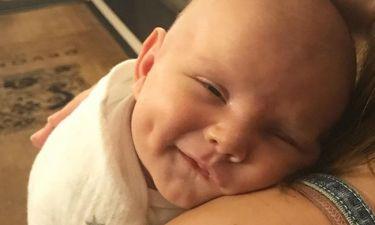Φωτογραφίζει τον 5 εβδομάδων γιο της (pics)