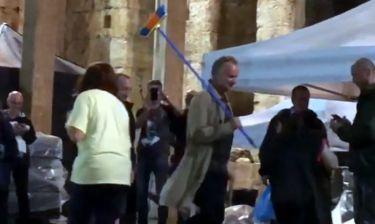 Και όμως! Είναι ο Sting και βγήκε με τη σκούπα για να μαζέψει τα νερά από τη βροχή στο Ηρώδειο!