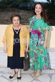 Ελληνίδα πρωταγωνίστρια ποζάρει σε θεατρική πρεμιέρα με τη μητέρα της