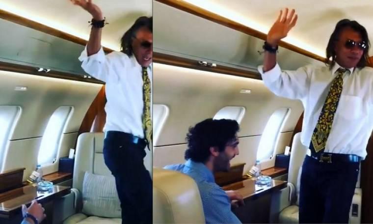 Ο Ηλίας Ψινάκης σε τρελά κέφια! Χορεύει το «θέλω να σε ξαναδώ» μέσα σε αεροπλάνο