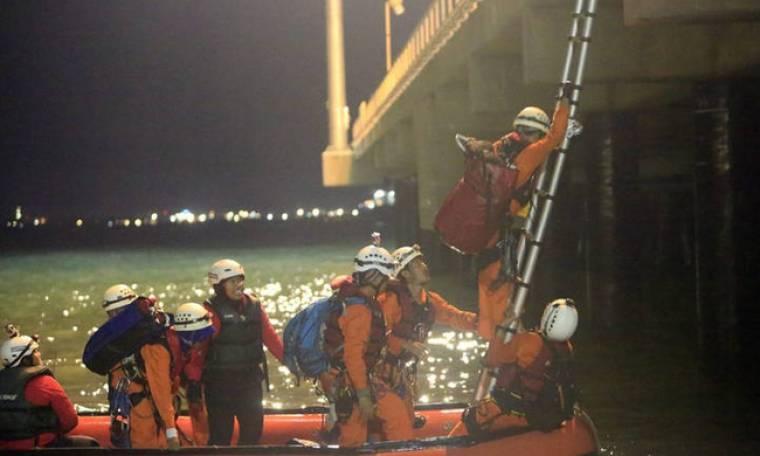 Συγκλονιστικές εικόνες από ναυάγιο ανοικτά της Ινδονησίας