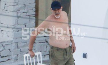 Γιώργος Κιμούλης: Βουτιές σε πισίνα σε ξενοδοχείο στην Τήνο