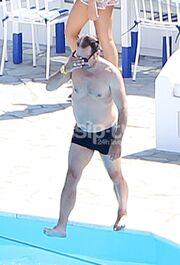 Γιώργος Πυρπασόπουλος: Κάνει το βήμα και… πέφτει στην πισίνα