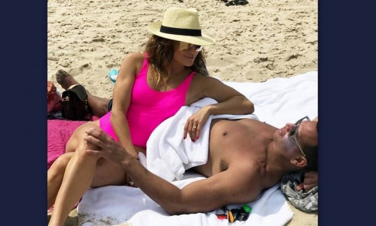 Jennifer Lopez:Με φούξια μαγιό και τον σύντροφό της