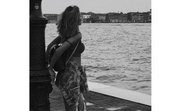 Το χάνουμε το κορμί! Ελληνίδα τραγουδίστρια ντύνεται νυφούλα- Ιδού το προσκλητήριο