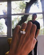 Έδειξε το μονόπετρο δακτυλίδι της, τέσσερις μήνες μετά τον γάμο της