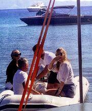 Kate Moss: Η επίσκεψή της στην Τήνο και η ενόχληση με τις φωτογραφίες