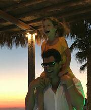 Η Κάτια φωτογραφίζει τον Σάκη με την Αριάδνη -Δε φαντάζεστε τι κάνει ο μπαμπάς με την κόρη του