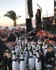 Ποια κρίση; Δείτε τον χαμό που έγινε για χάρη Ελληνίδας τραγουδίστριας στην Ρόδο
