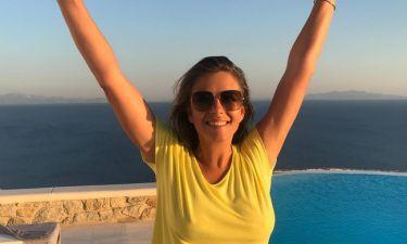 Liz Hurley: Βόλτες στα στενά της Μυκόνου