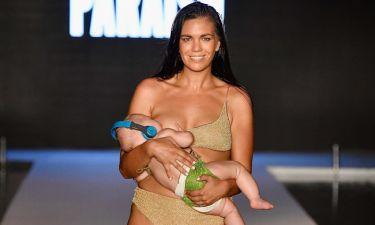 Μοντέλο κάνει πασαρέλα ενώ παράλληλα θηλάζει την κόρη της