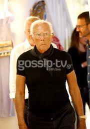 Βόλτες στα στενά της Μυκόνου για τον Giorgio Armani