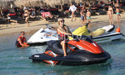 Paris Hilton: Για water sports με τον αγαπημένο της στη Μύκονο
