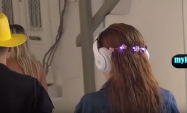 Σταρ του Χόλυγουντ έκανε βόλτες στα σοκάκια της Μυκόνου με στέκα με λαμπάκια που αναβόσβηναν