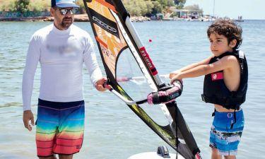 Ο 4χρονος γιος της Ελληνίδας τραγουδίστριας κάνει windsurf (pics+vid)