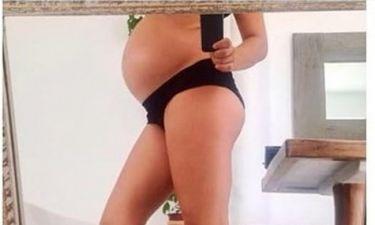Φωτογραφίζεται στον πέμπτο μήνα της εγκυμοσύνης της και μας δείχνει την φουσκωμένη κοιλίτσα της