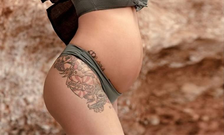 Ελληνίδα ηθοποιός ποζάρει με μαγιό στον πέμπτο μήνα της εγκυμοσύνης της!