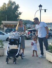 Στέφανος Κωνσταντινίδης: Οικογενειακές διακοπές στην Ζάκυνθο πριν τον γάμο και την βάφτιση στην Τήνο