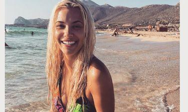 Λάουρα Νάργες: Ποζάρει με νάζι σε παραλία της Κρήτης