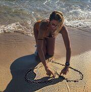 Η Κωνσταντίνα χτίζει παλάτια και καρδούλες στην άμμο – Το απίστευτο σχόλιο για την ηλικία της