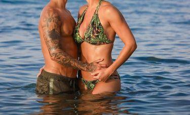 Ασυγκράτητο το ζευγάρι! Τα καυτά φιλιά στα νερά της Κρήτης