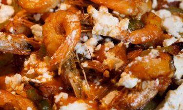 «Μύρισε» θάλασσα! Γαρίδες σαγανάκι από τον Γιώργο Τσούλη