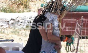 Η σφιχτή αγκαλιά του Άγγελου Λάτσιου στην Ελένη Μενεγάκη