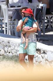 Μάκης Παντζόπουλος: Για μπάνιο με την μικρή Μαρίνα στα Κουφονήσια