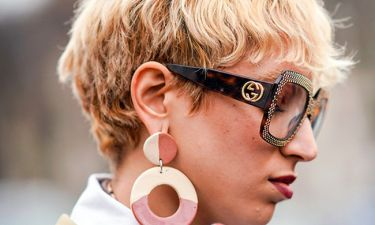 '80s Throwback: Τα πλαστικά σκουλαρίκια είναι και πάλι hot