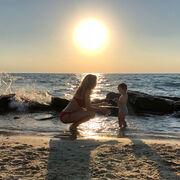 Εγκυμονούσα παρουσιάστρια απολαμβάνει τις βουτιές με την οικογένειά της στη Χαλκιδική
