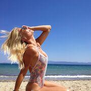 Η Φαίη Σκορδά ποζάρε με μαγιό σε παραλία της Τήνου