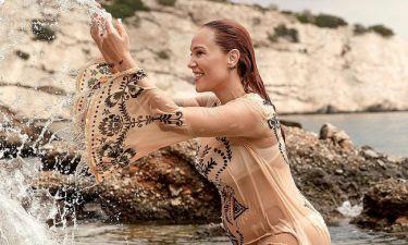 Πηνελόπη Αναστασοπούλου: Η εγκυμονούσα βούτηξε με τα ρούχα στη θάλασσα